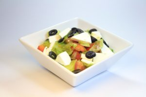 Греческий 130руб (Лист салата,огурец, помидор,лук,маслины,перец болгарский,сыр фитакса,фирменный соус) порц. 200гр 90 Ккал на 100гр