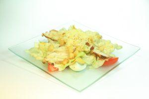 Цезарь 160 руб. (Яйцо, помидор,лист салата,куриная грудка,сыр, сухари,фирменный соус) порц 200гр. !38 Ккал. на 100гр.